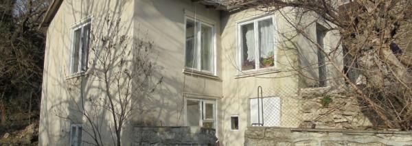 (Bulgarian) Дворно място с площ 315 кв.м. и къща с РЗП  72.81 кв.м., гр. Каварна, ID: 1180/19